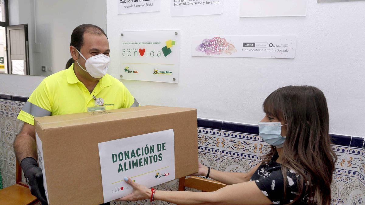 Donación de alimentos realizada por la Fundación DinoSol.