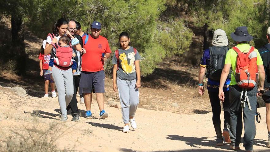 Las familias desahogan el confinamiento haciendo excursiones a los montes