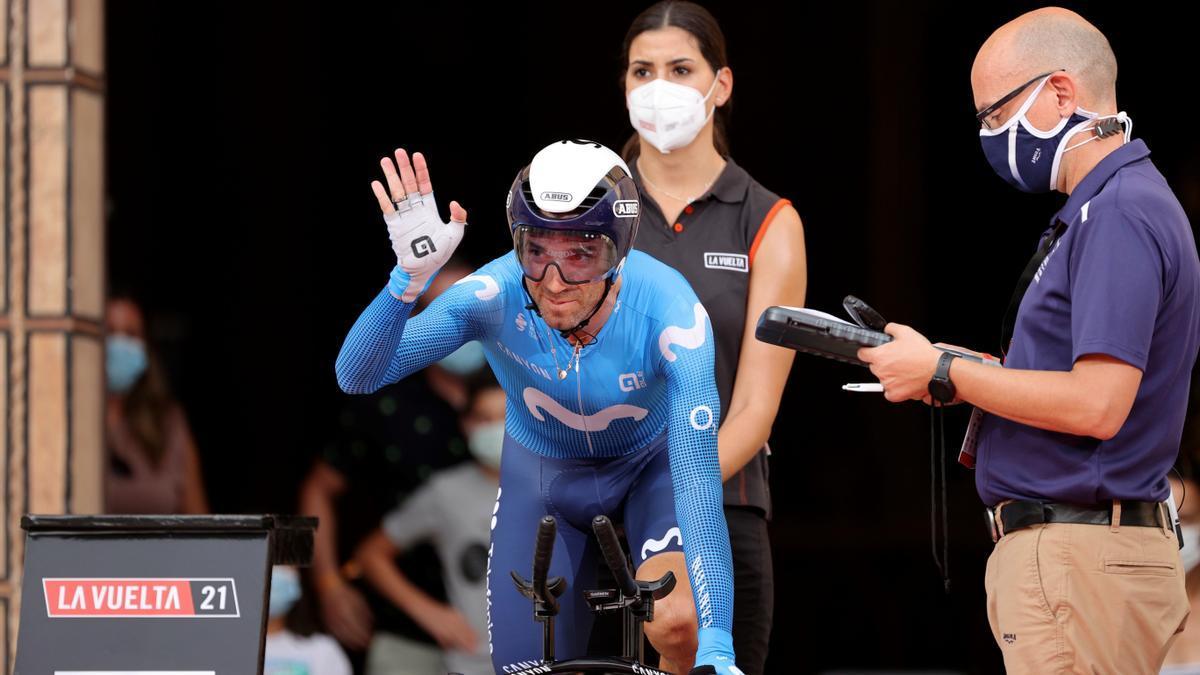 Alejandro Valverde saluda antes de tomar la salida.