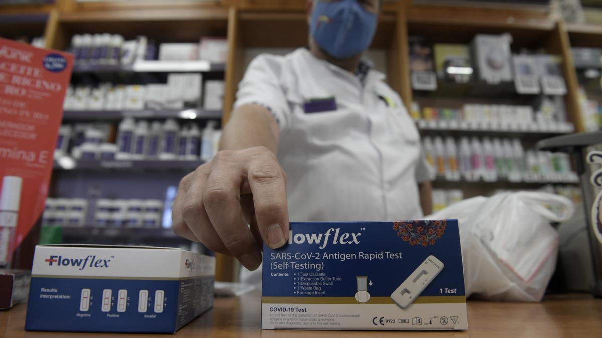 Un farmacéutico enseña un test de antígenos de detección del COVID-19 en la farmacia situada en la Calle Tucán, 7, a 20 de julio de 2021, en Madrid (España).