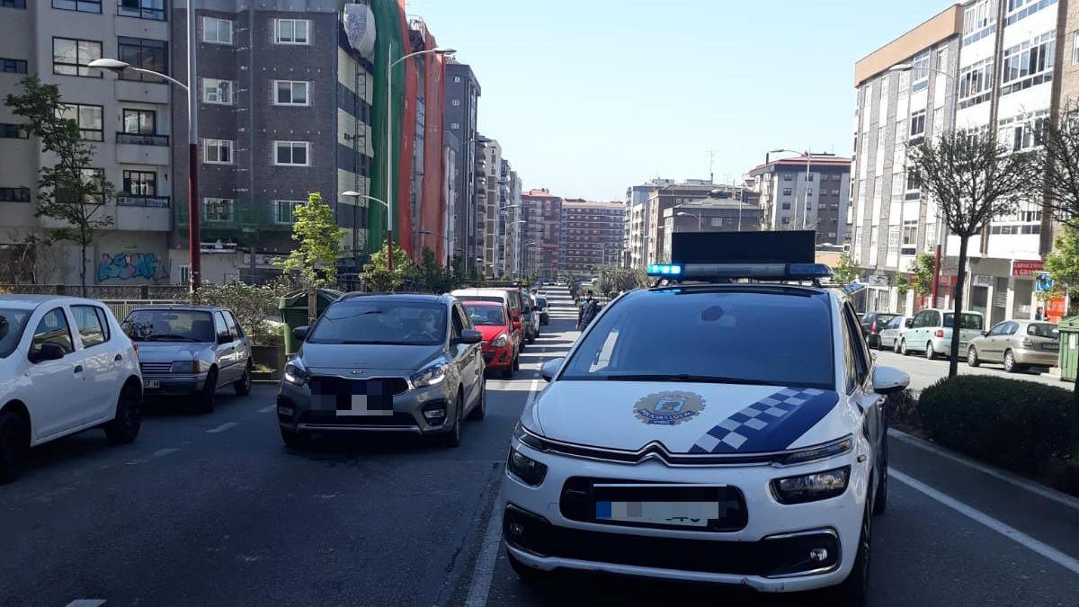 Un coche patrulla de la Policía Local en la avenida Martínez Garrido, donde tuvo lugar la agresión. // FdV