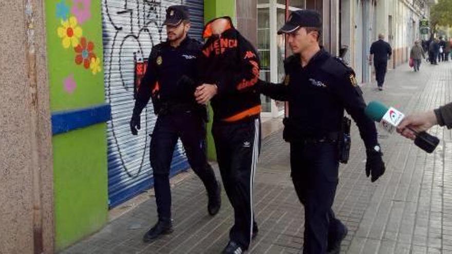 Se enfrenta a 14 años de cárcel por matar a su pareja arrojándola por las escaleras