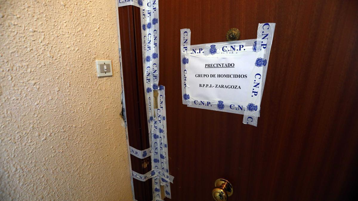 Precinto del Grupo de Homicidios de la Jefatura Superior de Policía de Aragón en la vivienda del crimen