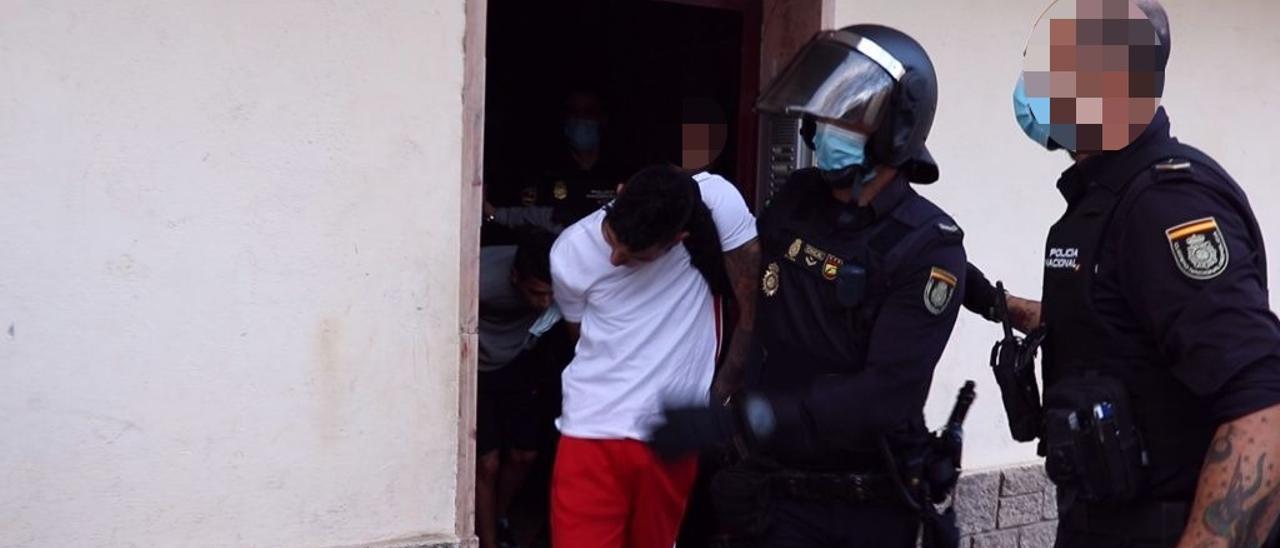 La Policía traslada a uno de los detenidos por la riña.