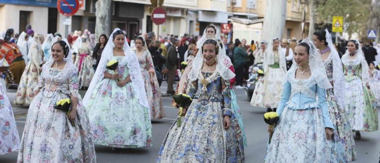 Falleras en el desfile de la Ofrena de las Fallas de Xàtiva 2019, antes de la pandemia.   PERALES IBORRA
