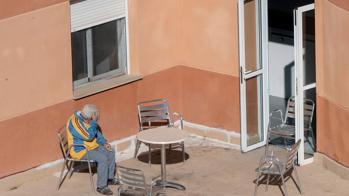 Un hombre toma el sol en la terraza de la  residencia de mayores de Villanueva el Río Segura, en Murcia, donde hay 49 contagiados.
