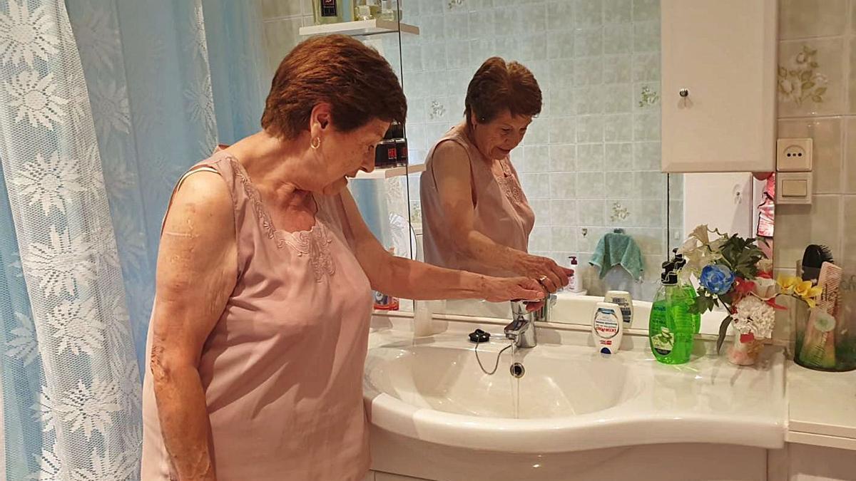 Una vecina de Calzadilla mostraba sus problemas de abastecimiento de agua.   Cedida