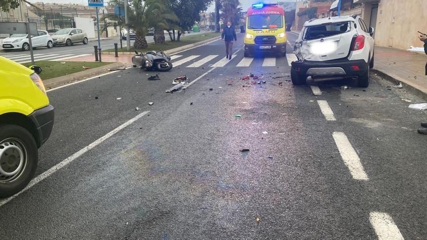 Muere uno de los dos jóvenes heridos graves en un accidente de moto en San Juan de Alicante