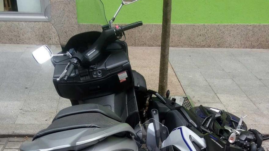 Un ciclista ebrio daña varias motos en el centro de Vigo