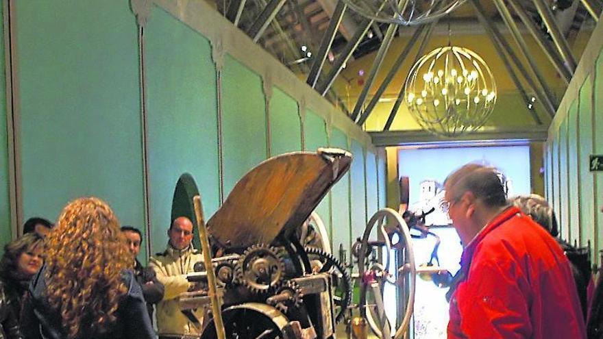 Visitantes admiran los fondos del Museo del Vino de Morales.