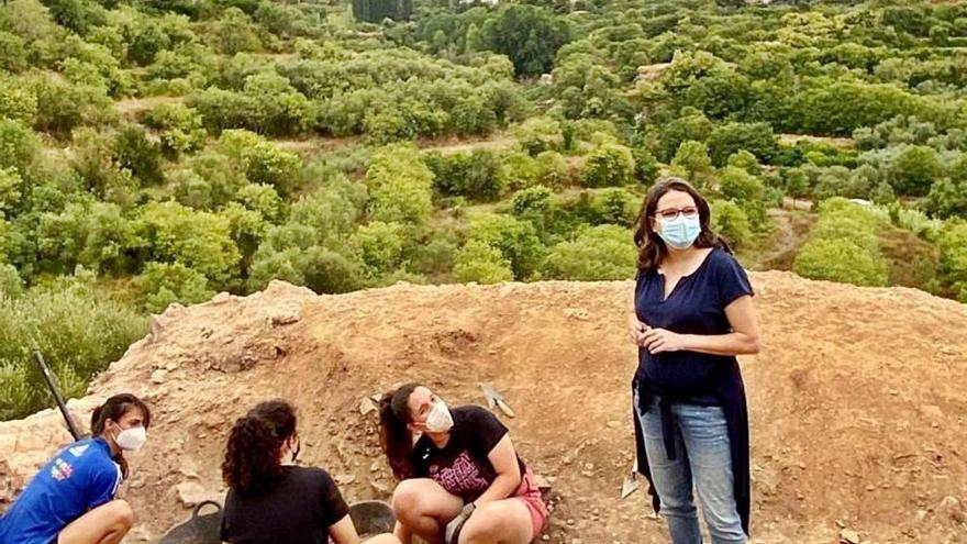 Oltra ensalza el trabajo de jóvenes voluntarios en El Castillet de Millares
