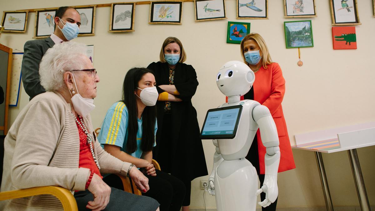 Isabel Blanco visita una residencia de Soria donde se ha puesto en marcha un proyecto piloto para implantar robots inteligentes.