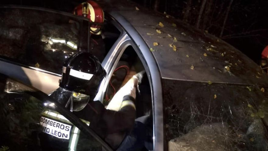 Los bomberos en el vehículo siniestrado.