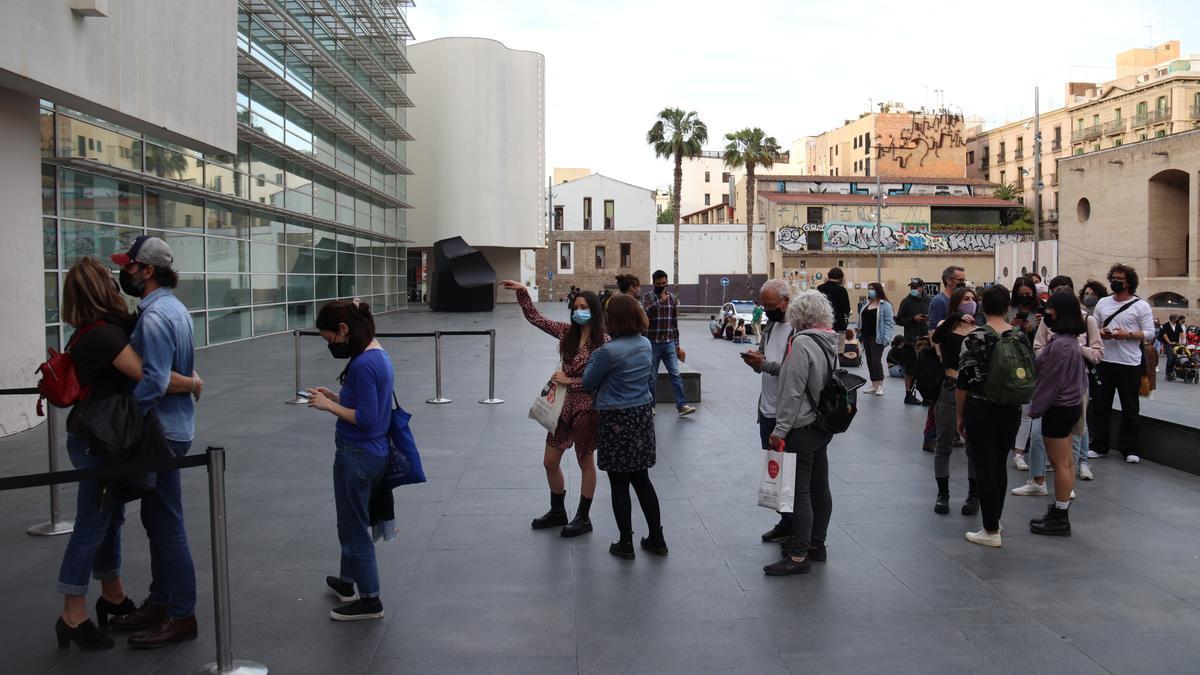 Cua de gent esperant per entrar al MACBA a la plaça dels Àngels en la Nit dels Museus