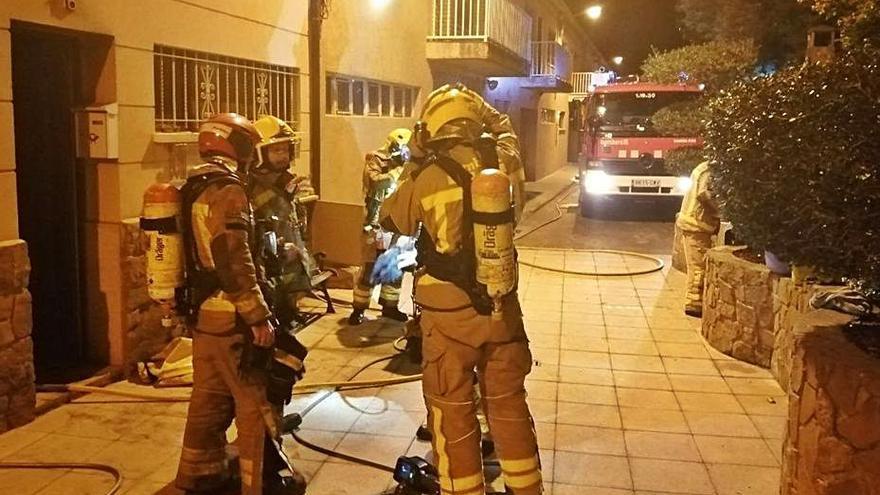 Un foc crema part d'un habitatge a Cardona