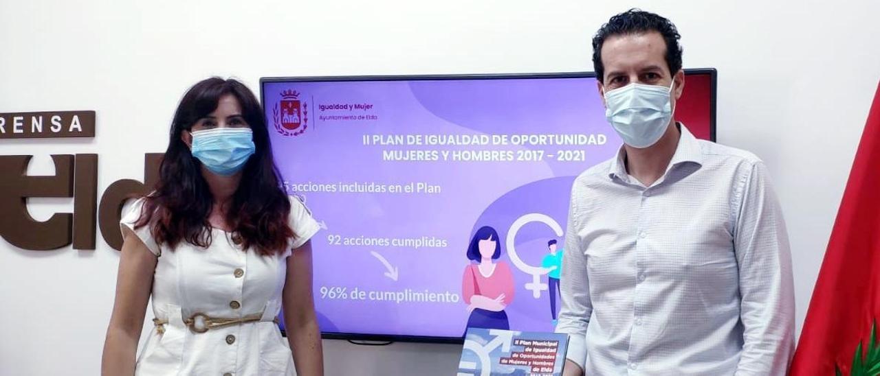 La concejala Alba García y el alcalde Rubén Alfaro.