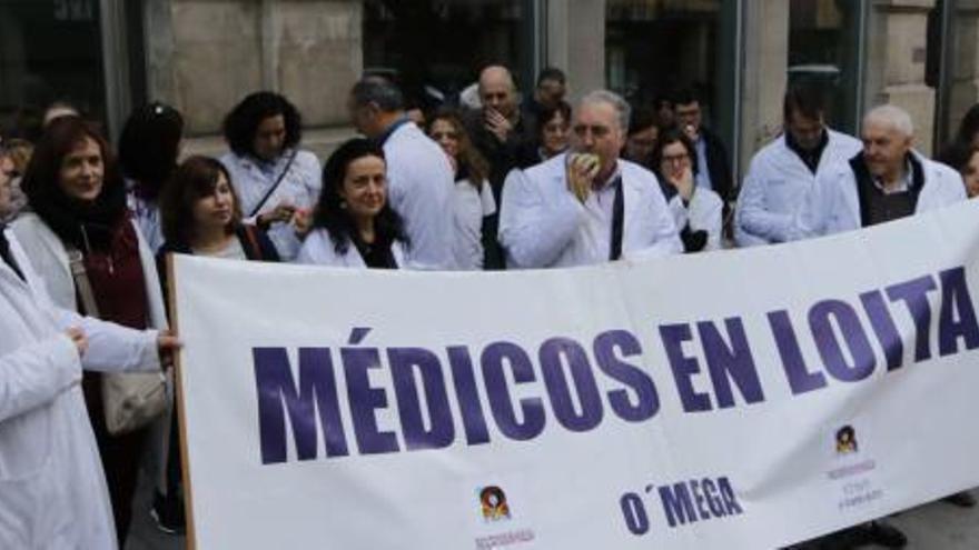 Médicos en huelga se concentran antes de que jefes de centros sanitarios de Vigo dimitan