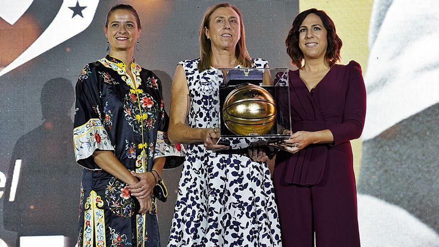 Anabel y Silvia, hijas de Maribel Lorenzo, recogieron su premio