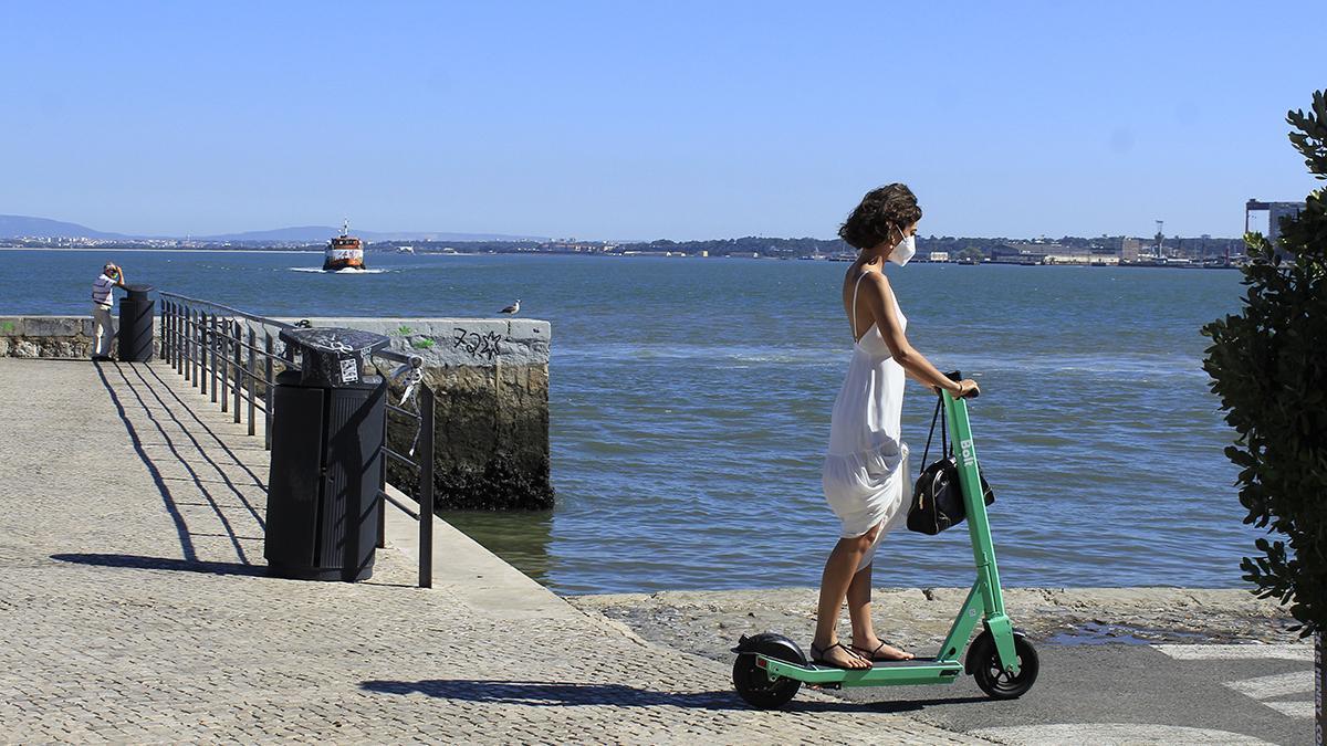Una mujer pasea por Lisboa, ayer
