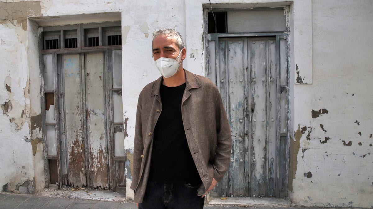 Amador Esteban junto a la casa en ruinas de la calle Mayor de Santa Marina 14.