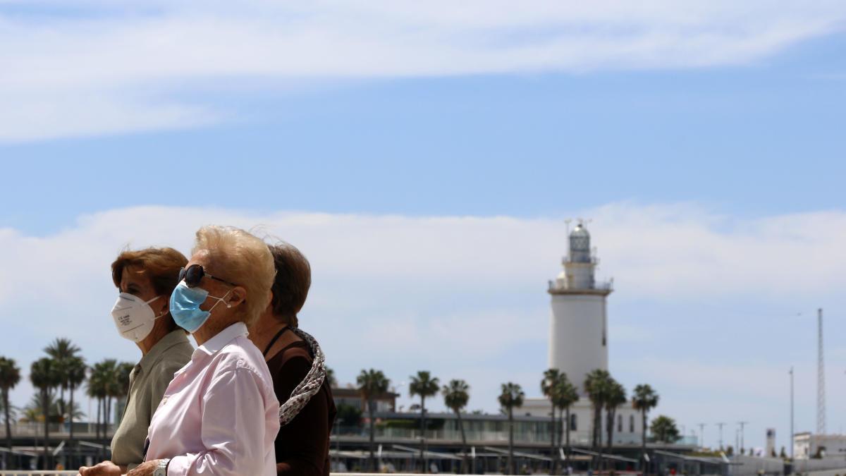 Varias mujeres pasean por el Muelle Uno este miércoles, 20 de mayo.