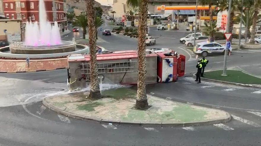 Vuelca un camión de bomberos