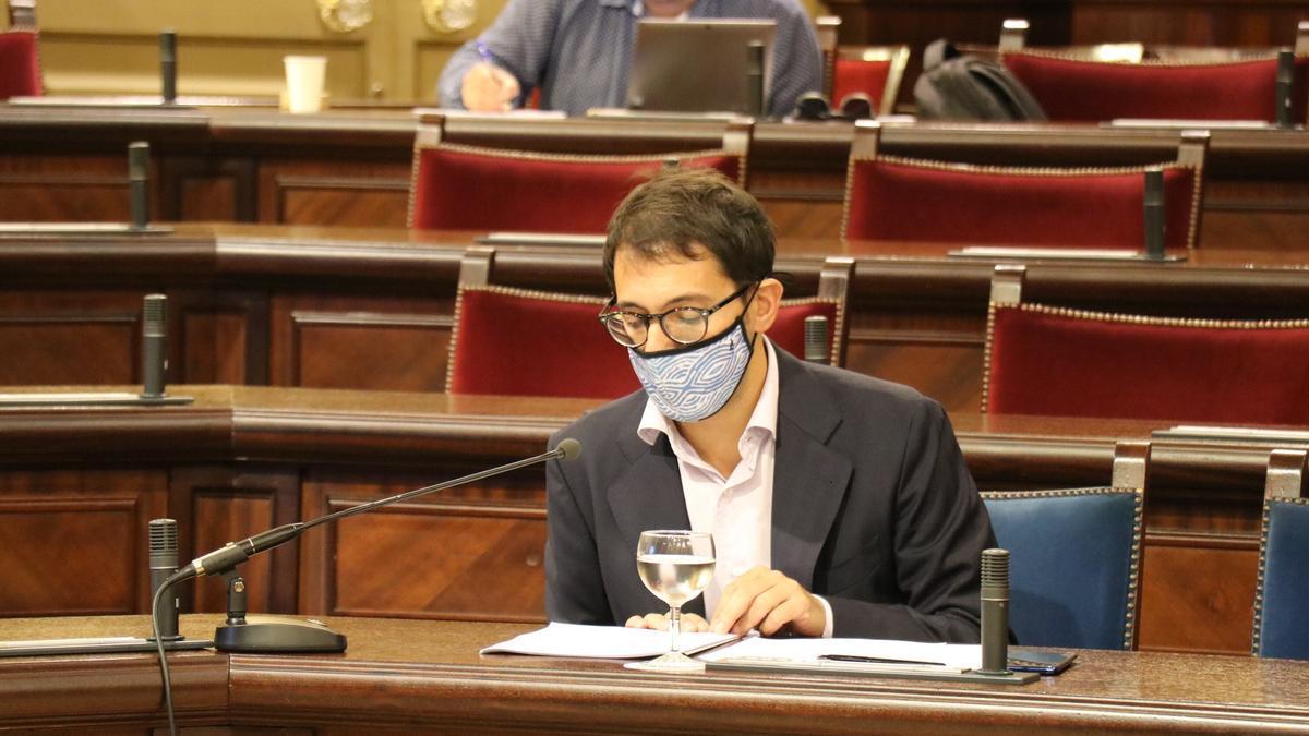 Iago Negueruela en el Parlament.