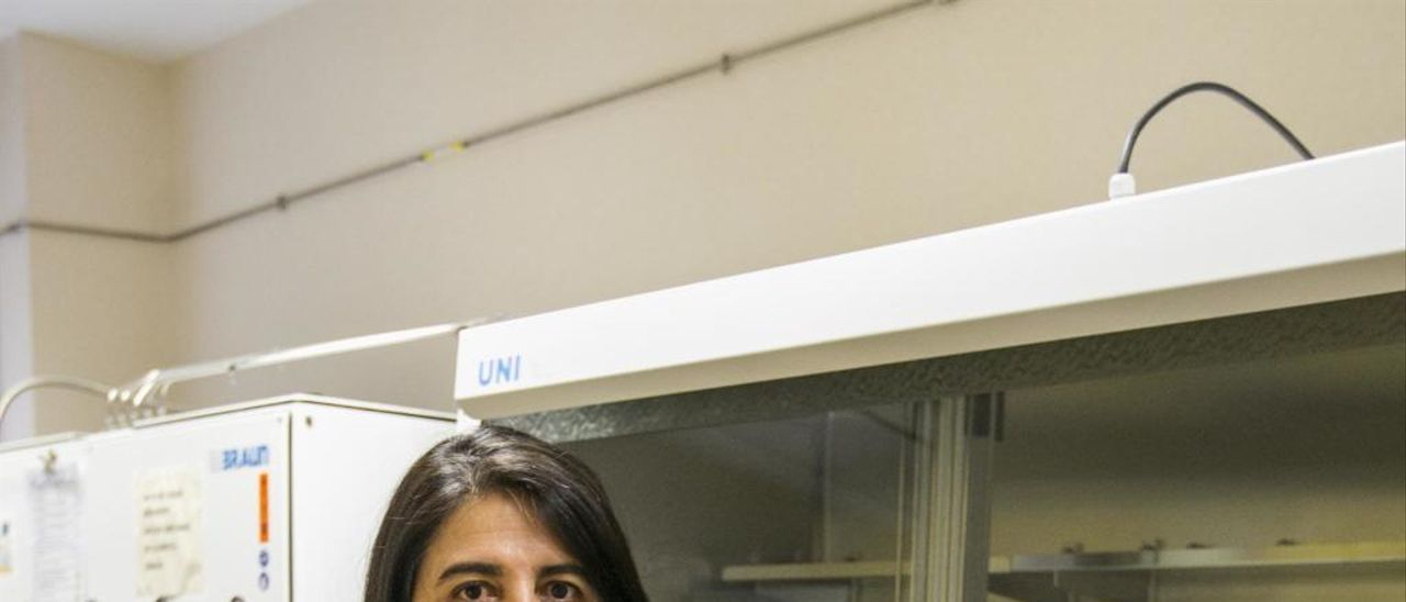Ángela Sastre en un laboratorio del Instituto de Bioingeniería de la UMH.