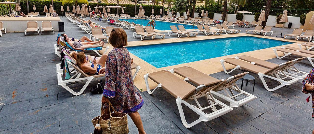 Turistas toman el sol en la piscina de un hotel de Benidorm, donde la ocupación la pasada semana no superó de media el 52%. | DAVID REVENGA