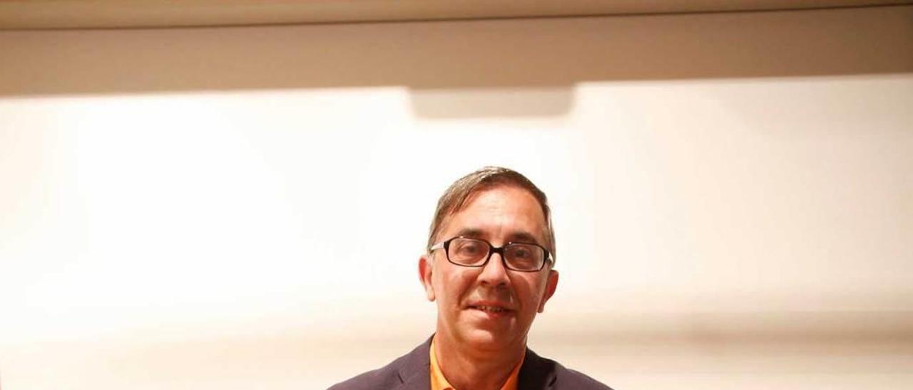 """Santiago García-Castañón, durante la presentación del libro """"El Coleccionista"""", esta semana, en el palacio de Valdecarzana."""
