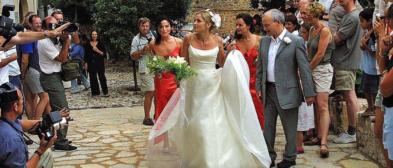 Caroline Corr en 2002 flanqueada por Andrea y Sharon Corr, las damas de honor, de camino a la iglesia de Deià donde se casó.