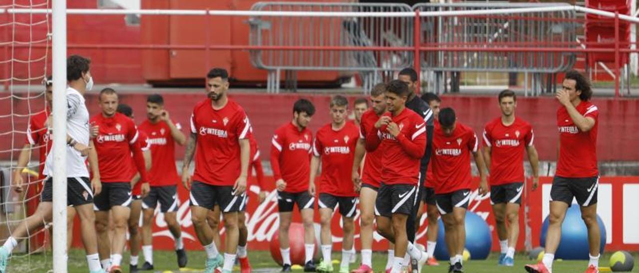 Berto, en primer término, durante el entrenamiento de ayer en Mareo. | Marcos León