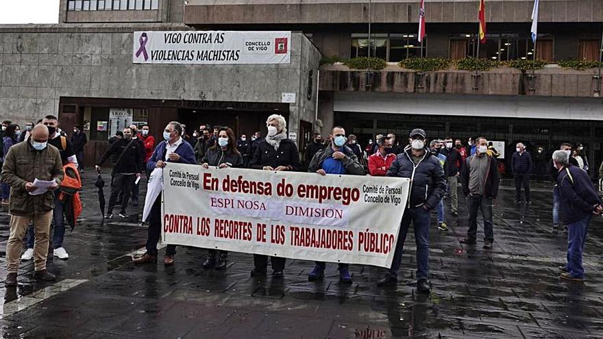 """Una concentración denuncia la """"caótica gestión"""" del área municipal de personal"""