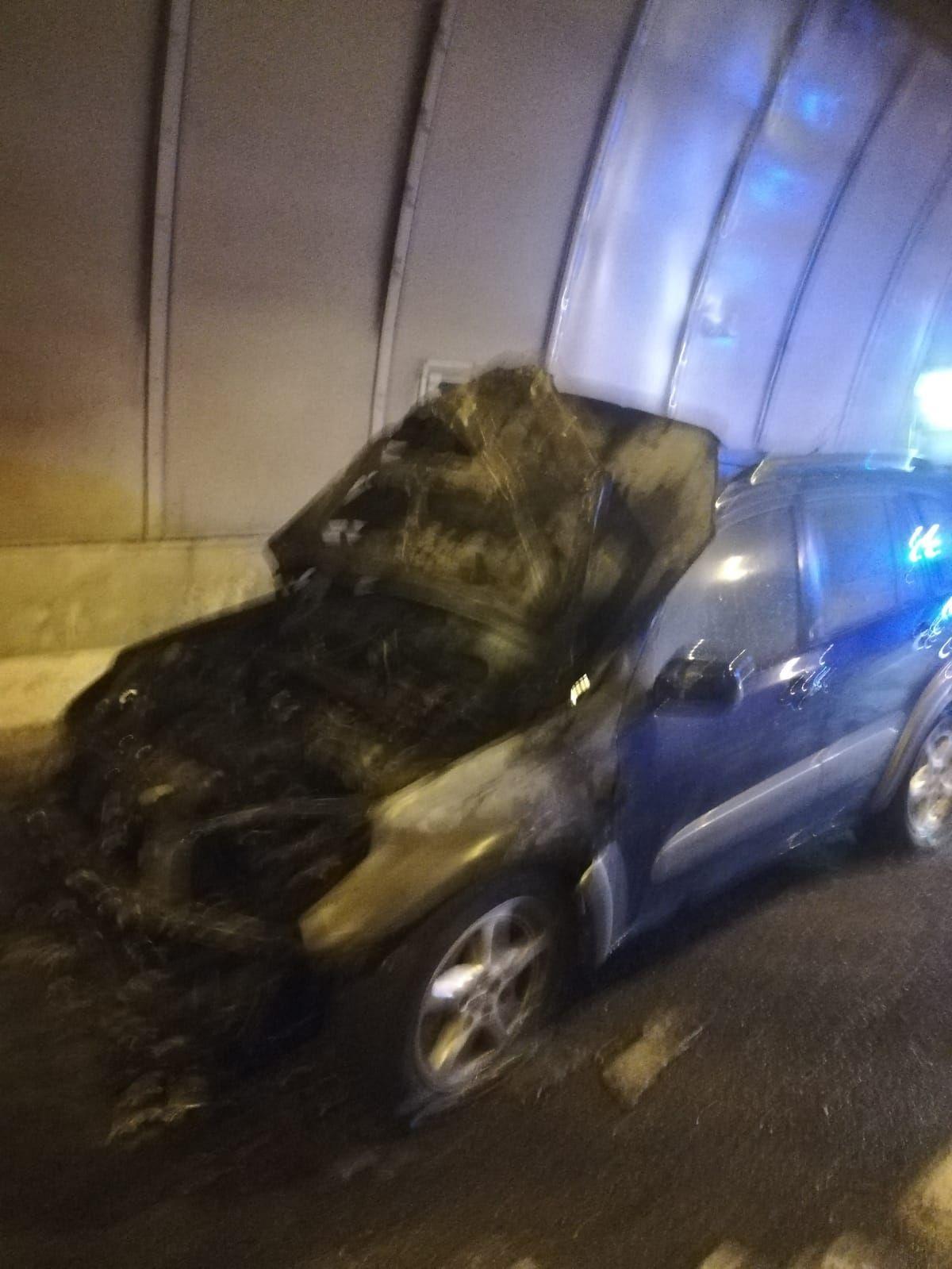Incendio de un vehículo en el túnel de La Laja (12/2/2021)