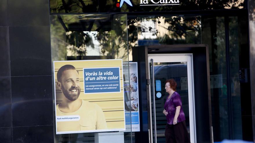 La Unión de Consumidores denuncia a CaixaBank por aprobar una comisión de mantenimiento de tarjeta a los clientes de Bankia