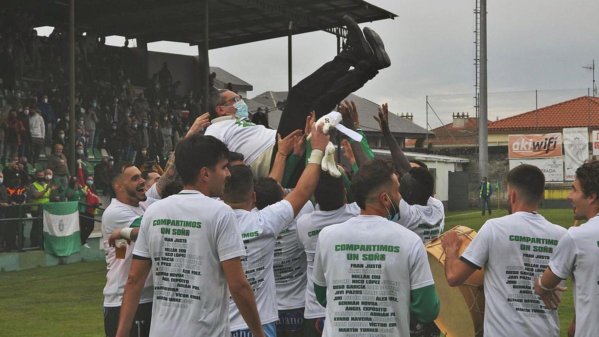 Jugadores del Arenteiro, manteando al presidente, Argimiro Marnotes, al final del encuentro tras conocerse el ascenso. |  // FERNANDO CASANOVA