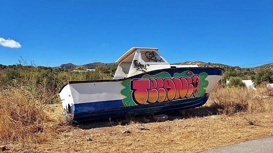 Barco abandonado en la calle Hungría