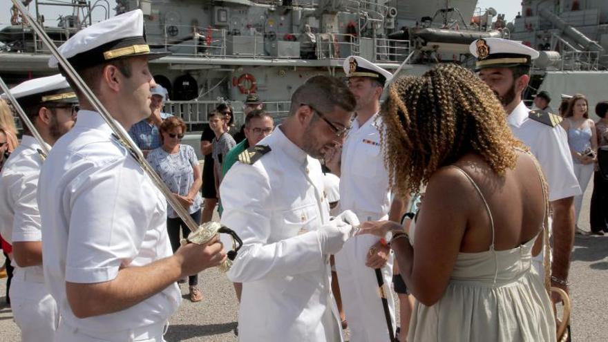 Un militar del patrullero 'Infanta Elena' se declara nada más pisar tierra