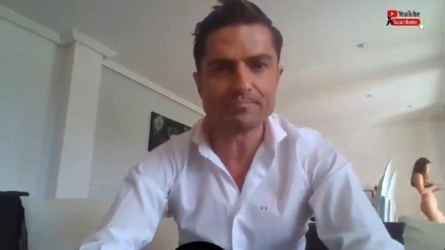 El periodista Alfonso Merlos pillado en directo con una mujer que no es su pareja