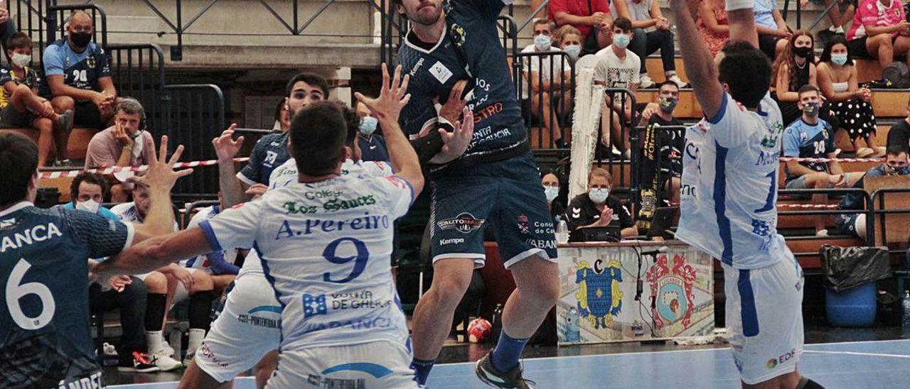 El luso Baptista en una acción de juego del derbi contra el Cisne en O Gatañal.