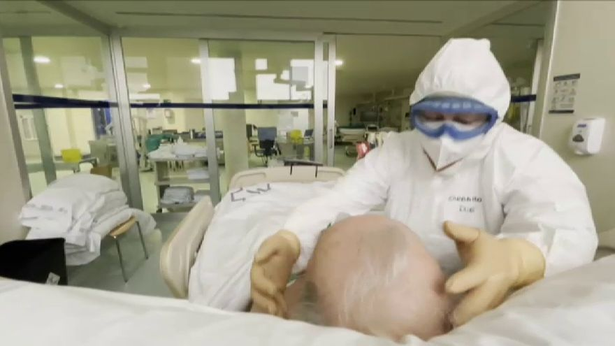 """El emotivo testimonio de una enfermera de la UCI: """"Muchos pacientes nos confiesan su miedo a morir y es muy duro ver que están solos"""""""