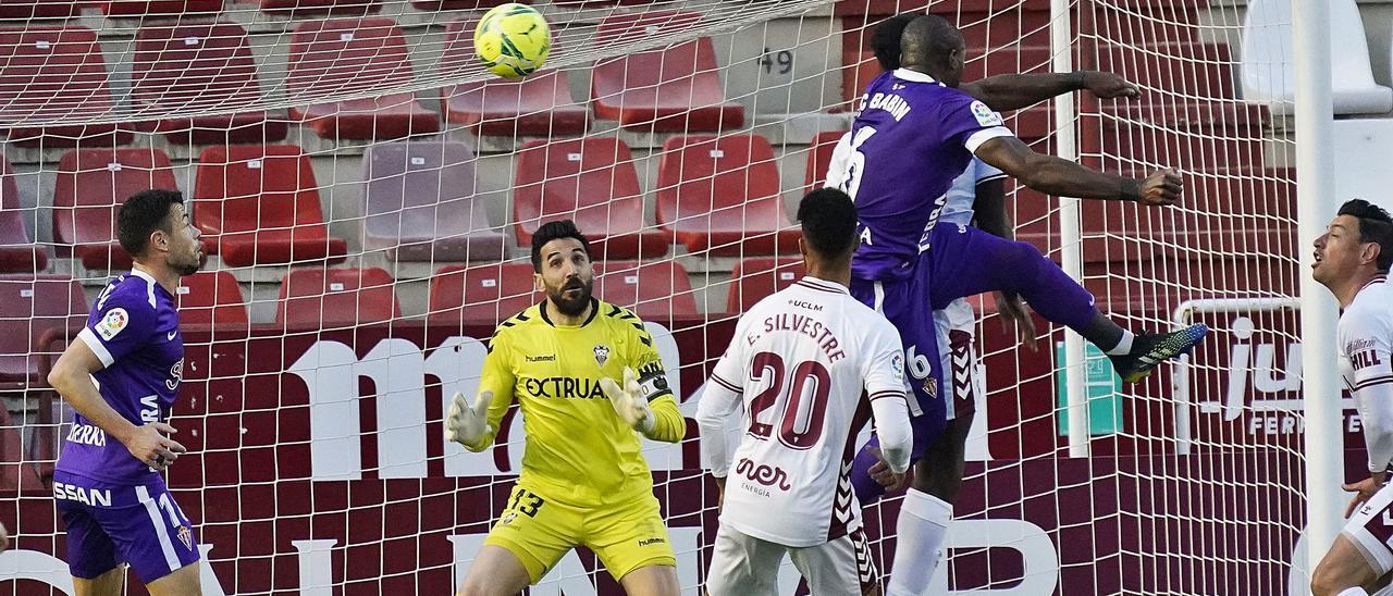 El momento en que Babin choca cabeza con cabeza con Boyomo, tras el remate que supuso el gol de la victoria para el Sporting.