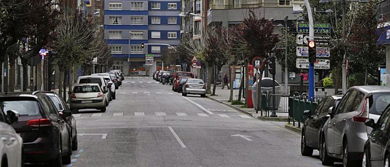 La céntrica calle Manuel Llaneza de Mieres. | Fernando Rodríguez