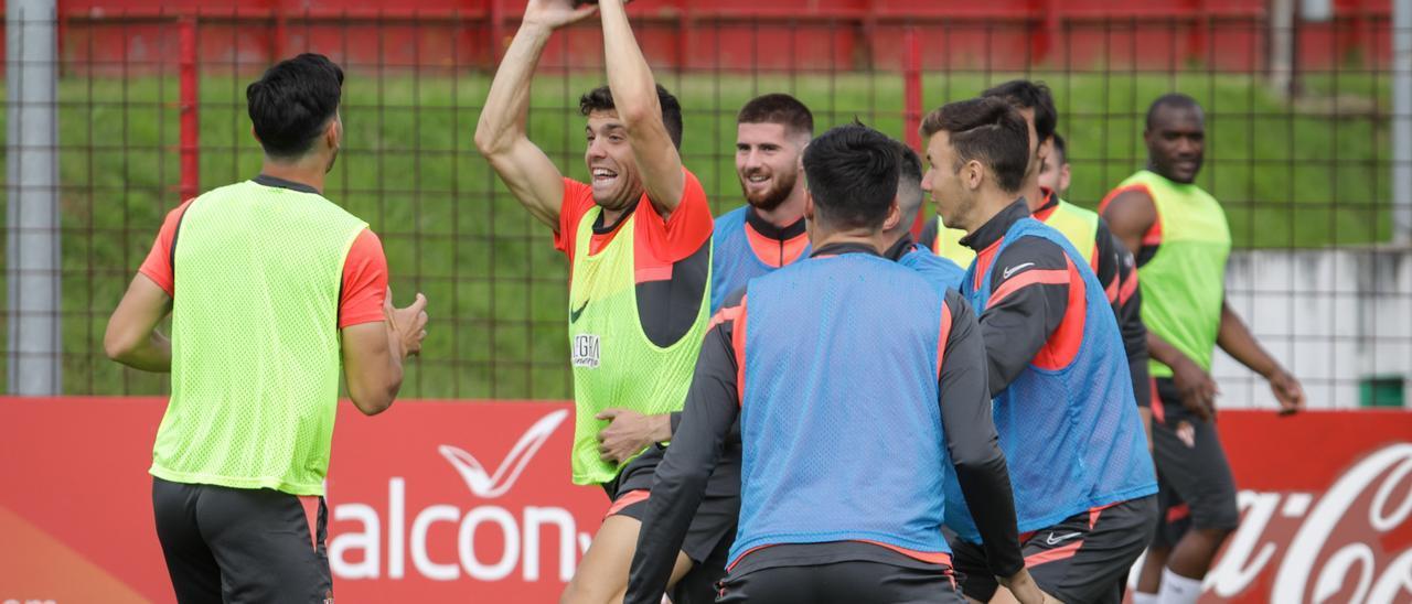 Nacho Méndez, en el centro, durante el entrenamiento de ayer.