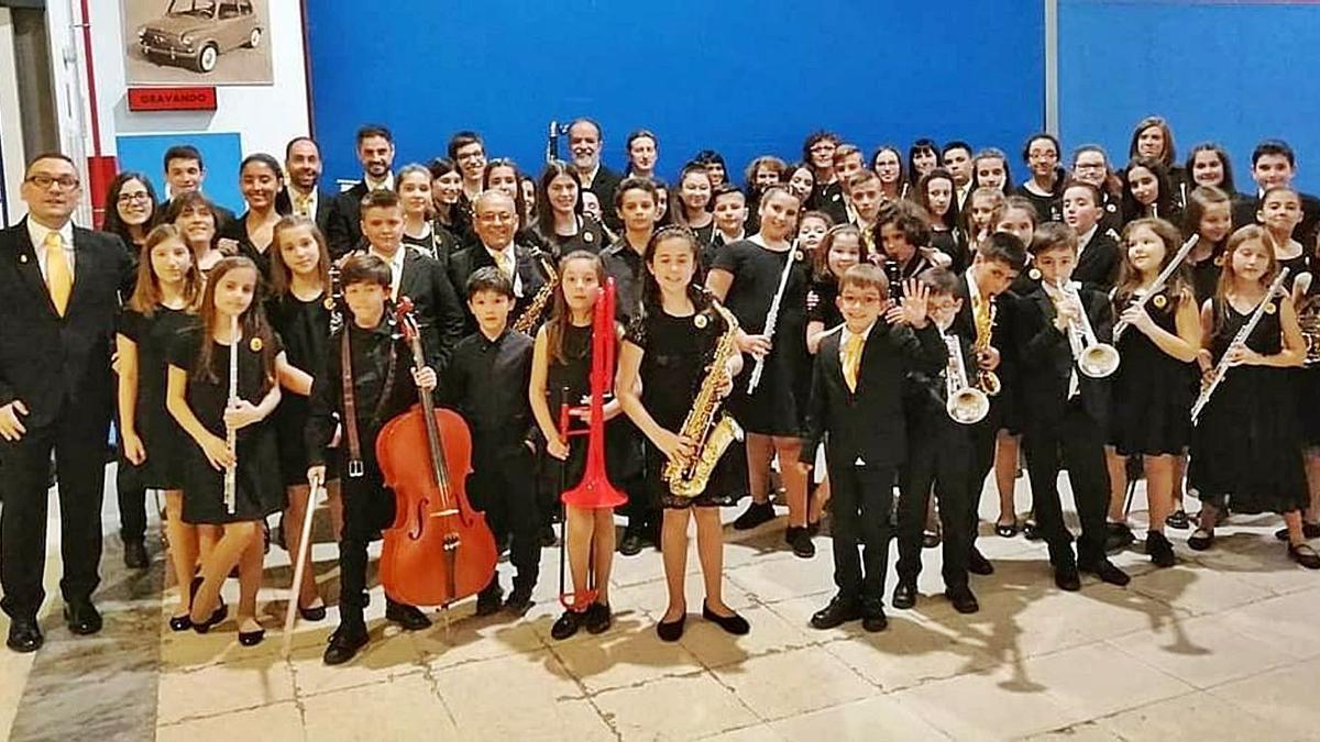Profesorado y alumnado de la Escuela de Música de Vilaboa.   | // FDV