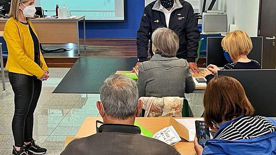 Lalín imparte un taller de alfabetización digital para mayores con 60 participantes