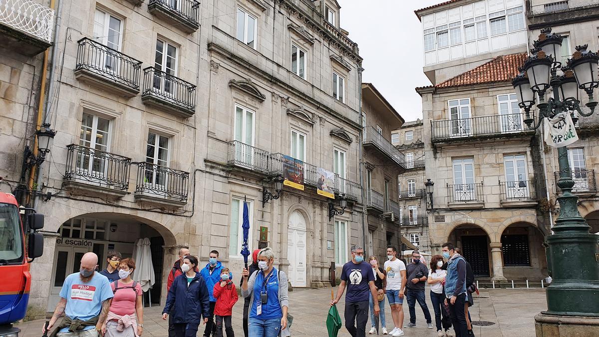 Turistas pasean por la Praza da Constitución de Vigo. / Marta G. Brea