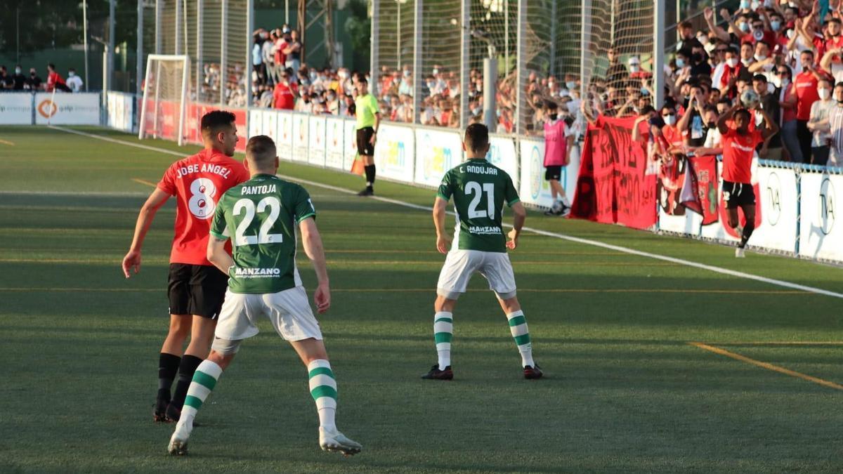 Jugada del partido en el estadio Emilio Macarro.