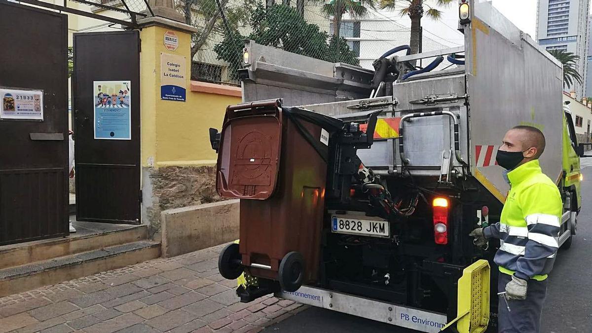 Un operario recoge residuos orgánicos en el centro de Santa Cruz de Tenerife.