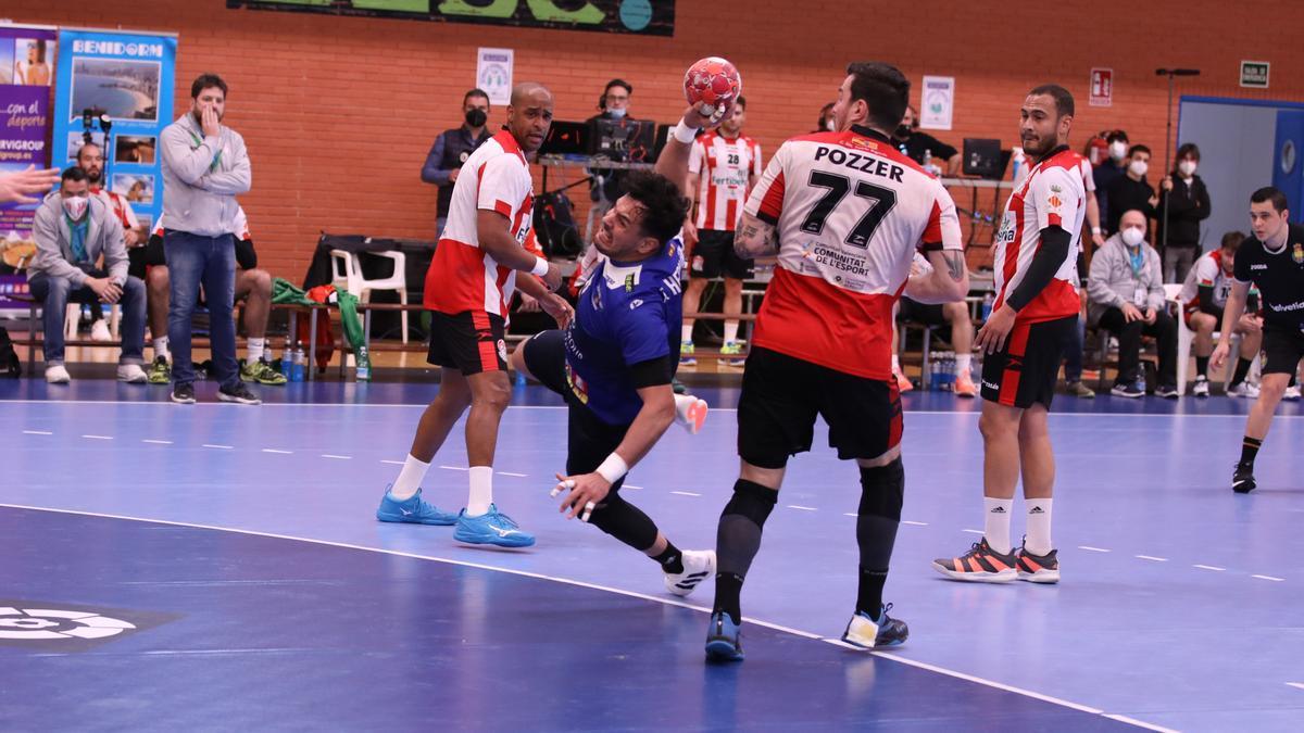 El lateral Pepe Oliver intenta un lanzamiento desde los seis metros.